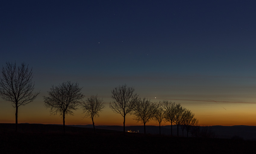 декабрь: очень яркая звезда на юго-западе вечером
